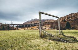 Oude voetbalpoort op de groene grasspeelplaats dichtbij het beroemde Glenfinnan-viaduct in Schotland, het Verenigd Koninkrijk stock afbeelding