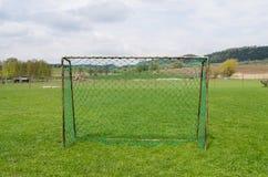 Oude voetbalpoort in poetsmiddeldorp Stock Fotografie
