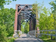 Oude voetbrug over de spoorweg, Chicoutimi, Saguenay, Quebec, Canada stock foto's