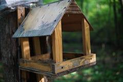 Oude vogelhuis dichte omhooggaand stock afbeeldingen
