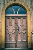 Oude voordeur in een oude kerk Stock Afbeeldingen