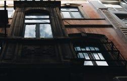 Oude voorgevel met bezinning van de hemel, Istanboel Turkije royalty-vrije stock foto