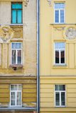 Oude Voorgevel versus Nieuwe Voorgevelbrno Tsjechische republiek royalty-vrije stock foto