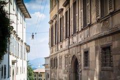 Oude Voorgevels in Bergamo Stock Afbeeldingen