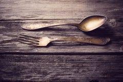 Oude vork en lepel op houten achtergrond Stock Afbeelding