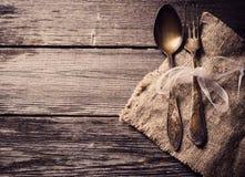 Oude vork en lepel op houten achtergrond Royalty-vrije Stock Fotografie