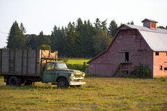 Oude vrachtwagen dichtbij de oude houten schuur Stock Foto