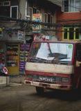 Oude Vrachtwagen die Thamel-Straat overgaan stock foto