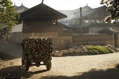Oude vrachtwagen met brandhout in oud dorp Royalty-vrije Stock Foto