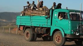 Oude vrachtwagen met zwarte mensen stock video