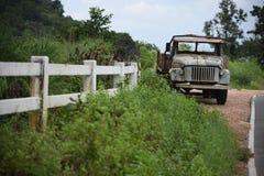 Oude vrachtwagen naast de straat Stock Afbeelding
