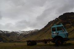 Oude Vrachtwagen op Weg aan Seljavallalaug Royalty-vrije Stock Afbeeldingen