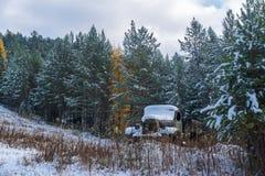 Oude vrachtwagen in Siberische taiga Royalty-vrije Stock Foto's