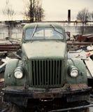 Oude vrachtwagen in stortplaats royalty-vrije stock foto's