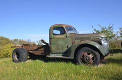 Oude vrachtwagen verlaten in een weiland Stock Fotografie