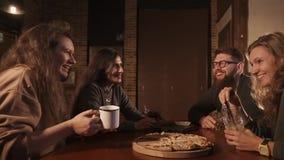 Oude vrienden die van dag in koffie genieten stock videobeelden