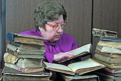 Oude vrouw in bibliotheek Royalty-vrije Stock Foto