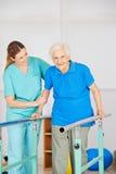 Oude vrouw bij bewegingsoefening Royalty-vrije Stock Afbeeldingen