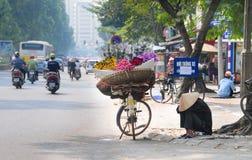 Oude vrouw bij de bloem kleine markt Royalty-vrije Stock Fotografie