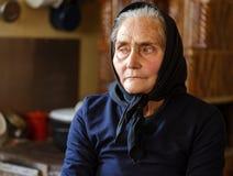 Oude vrouw binnen royalty-vrije stock foto's