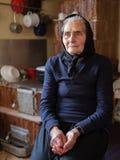 Oude vrouw binnen royalty-vrije stock afbeeldingen