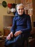 Oude vrouw binnen royalty-vrije stock fotografie