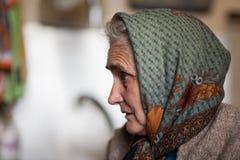 Oude vrouw binnen stock fotografie