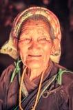 Oude vrouw in bruin overhemd in Nepal Stock Foto's
