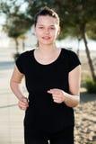 Oude vrouw 20-30 de jaar stoot in zwarte T-shirt aan Stock Afbeeldingen