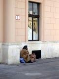 Oude vrouw in de stad Stock Afbeeldingen