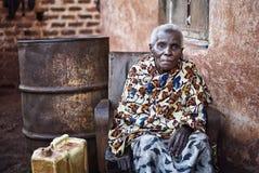 Oude vrouw dichtbij Jinja in Oeganda stock fotografie