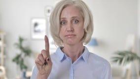 Oude Vrouw die Aanbieding verwerpen door Vinger Te golven stock videobeelden