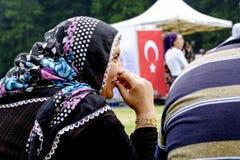 Oude vrouw die bij het park glimlachen stock foto's
