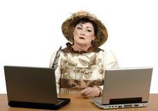 Oude vrouw die computer zeer voorzichtig bekijken Royalty-vrije Stock Afbeeldingen