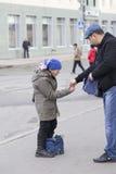 Oude vrouw die in de straat, kazan, Russische federatie bedelen royalty-vrije stock afbeelding