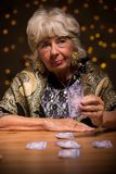 Oude vrouw die de toekomst vertellen stock fotografie