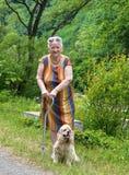 Oude vrouw die in de zomerpark lopen Stock Foto's