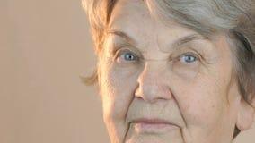 Oude vrouw die in kant kijken Dichte omhooggaand van het gezicht stock videobeelden