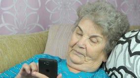 Oude vrouw die met dochter op cellphone spreken stock video
