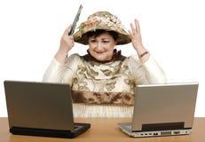Oude vrouw die nieuwe tapijtwerkhoed tonen Stock Fotografie