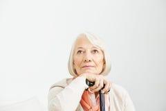 Oude vrouw die omhoog peinzend kijken royalty-vrije stock afbeeldingen