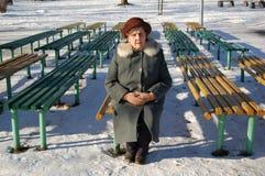 Oude vrouw die op een man wacht Royalty-vrije Stock Foto's