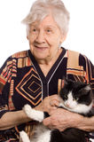 Oude vrouw die op wit en kat wordt geïsoleerdl Royalty-vrije Stock Afbeeldingen