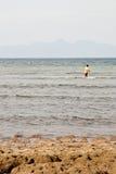 Oude vrouw die op zee vist Stock Foto