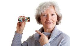 Oude vrouw die pillenautomaat toont Royalty-vrije Stock Foto's