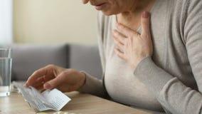 Oude vrouw die slecht na het lezen van pilleninstructie, gevaarlijke bijwerkingen worden stock video