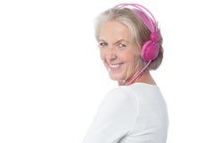 Oude vrouw die van de muziek van vandaag genieten Royalty-vrije Stock Foto
