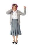 Oude vrouw die van muziek geniet Stock Foto
