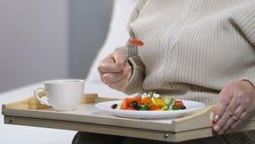 Oude vrouw die verse salade voor ontbijt, het gezonde op dieet zijn, voedingskwaliteit eten stock videobeelden