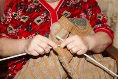 Oude vrouw en breiende sweater Royalty-vrije Stock Foto's
